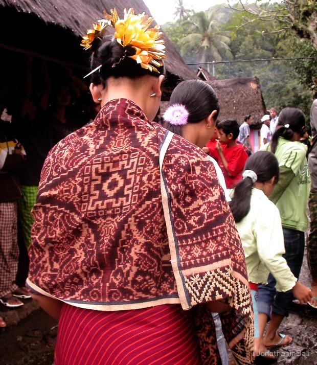 kain gringsing tenganan dalam upacara adat 1