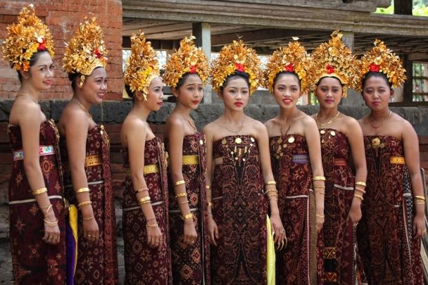 Penari Bali Kain Tenun Geringsing Tenganan
